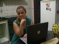 Patty Martins , do aquinacozinha na cozinha com notebook