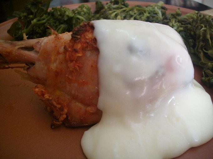 Coxa de frango com molho de queijo