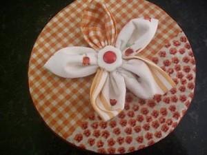 Como Fazer Flor de Fuxico. Fica Ótima Para Enfeitar Latas de Biscoitos.