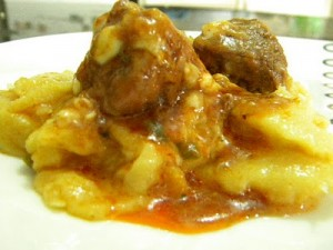 Polenta com Molho de Carne e Queijo para Enfrentar o Frio