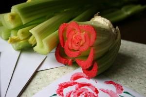 Idéia boa: Carimbo de rosa feito com aipo