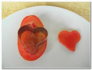 Corte corações de tomates para decorar um prato