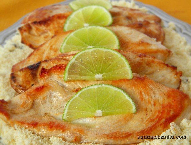 prato de filé de frango grelhado com limão por cima