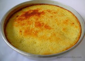 Bolo feito com sobras de cuscuz de milho com coco