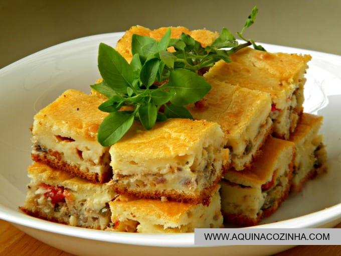 Prato com Torta de sardinha de liquidificador e folhas de Manjericão por cima