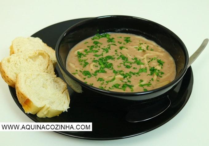 Sopa de feijão com macarrão e batata